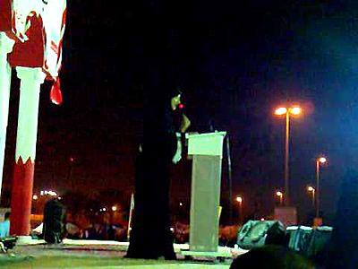 عکس آیات القرمزی در حال شعرخوانی در میدان لولو